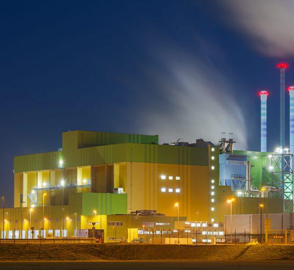 Die Erstatzbrennstofverbrennungsanlage im Industriegebiet Höchst (Infraserv) bei Nacht